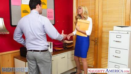 Блондинистая секретарша совокупляется с боссом на перерыве