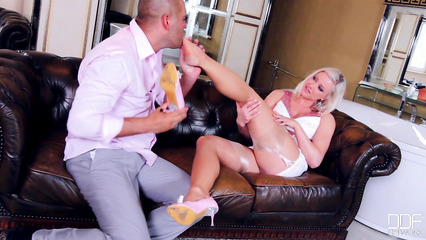 Шальная блонда развлекает мужика футфетишем перед трахом в вагину