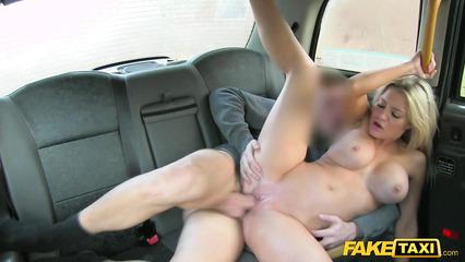 Сисястая блондиночка совокупляется с таксистом на заднем сидении