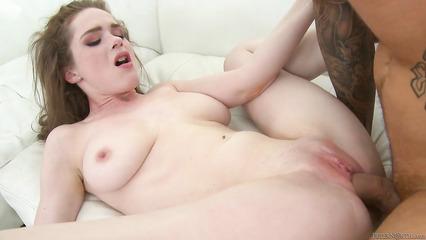 Пошлый парень разрывает киску белоснежной крали большим пенисом