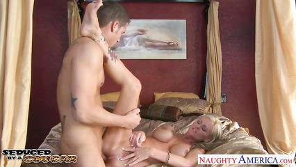 Блондинистая тетка трахается в бритую киску с коммивояжёром