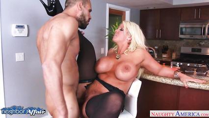 Блондинистая баба с огромными дойками совокупляется с качком на кухне
