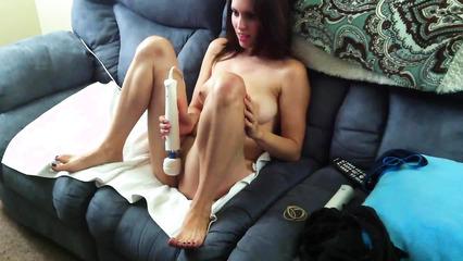 Милая девушка дрочит бритую киску вибратором перед вебкой