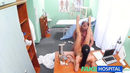 Озабоченный доктор засадил пенис в киску худенькой пациентки