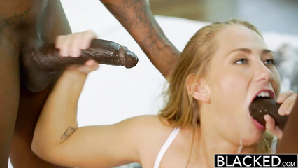 Белая красотка практикует горловой минет на черных пенисах