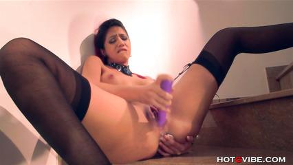 Неформальная красавица мастурбирует влагалище вибратором