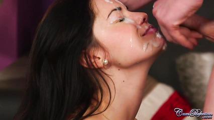 Красивая девушка получила фонтан спермы на лицо после минета