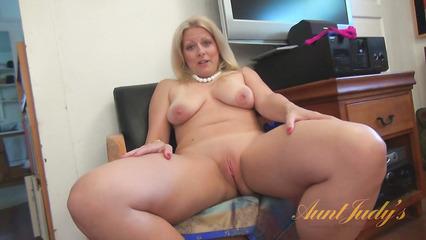 Зрелая блондинка наслаждает показом больших буферов и бритой киски