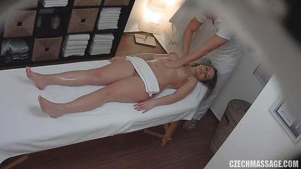 Пошлый массажист натирает голую клиентку маслом на скрытую камеру