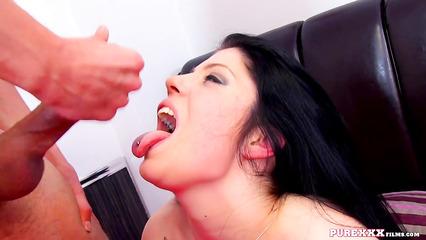 Жгучая брюнетка наслаждается спермой после полового акта
