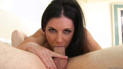 Сексуальная женщина глубоко заглатывает большой пенис парня