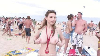 Молоденькие вертихвостки показывают упругие сиськи на пляжной вечеринке