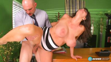 Лысый начальник засаживает толстый член в киску зрелой секретарши