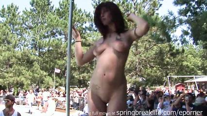 Пьяные телочки танцуют стриптиз и купаются голыми перед зрителями