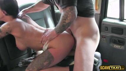 Татуированная брюнетка впустила хуй таксиста в задний проход