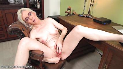 Зрелая дамочка мастурбирует волосатую пилотку в своем кабинете