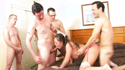 Извращённый муж трахает сисястую женушку вместе с толпой друзей