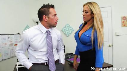 Длинноволосая секретарша и начальник поебались в офисе
