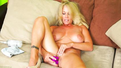 Блондинистая зрелка мастурбирует влагалище розовым дилдо