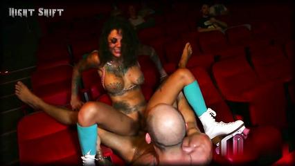 Откровенное половое сношение с татуированной сучкой в кинотеатре