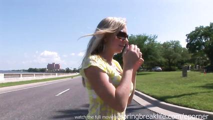 Игривая блондиночка показывает красивую задницу на набережной