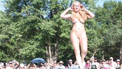 Откровенная блондиночка танцует стриптиз на улице перед толпой зевак