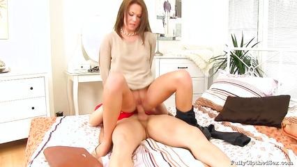 Сексапильная тетка уселась сняла штаны и оседлала большой член парня