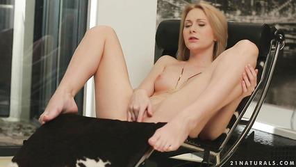 Утонченная блондиночка доводит себя до оргазма мастурбацией