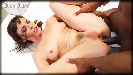 Похотливый нигер разрывает плотный анал сексуальной потаскушки