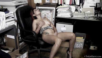 Сексапильная секретарша мастурбирует ухоженную писю в подсобке