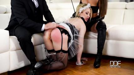 Жена вмсесте с мужем отхлестала по шикарной заднице губастую домработницу