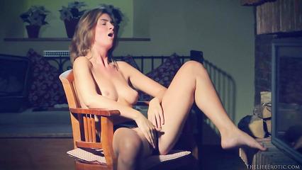 Худенькая красавица мастурбирует выбритую пилотку возле камина