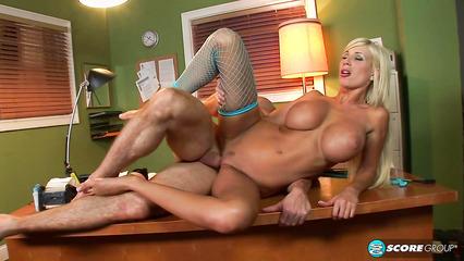 Классный половой акт в офисе с шикарной блондинкой в чулках