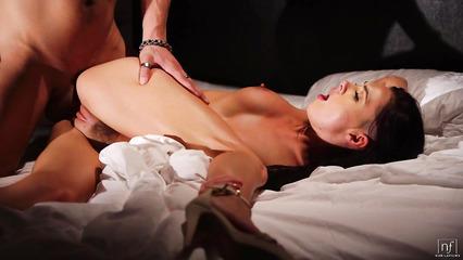 Выносливый мачо доставляет красивой брюнетке оргазм большим писюном