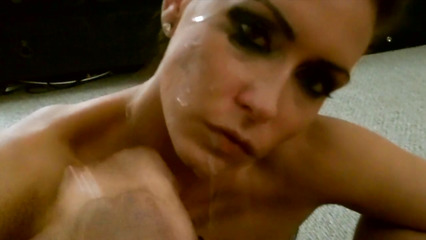 Наглый хахаль испортил макияж страстной сосалки потоком спермы
