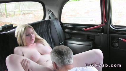 Седой таксист вылизал письку сисятой блондинки ради анального секса