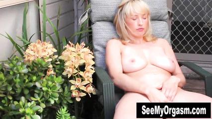Зрелая прошмандовка испытывает оргазм от мастурбации киски