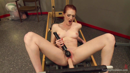 Рыжая спортсменка дрочит киску вибратором пока в нее вонзается секс машина