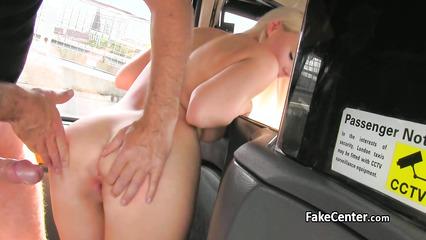 Пошлый таксист накончал в розовую пилотку сексапильной блондиночки