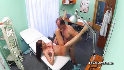 Зрелый доктор довел длинноногую пациентку до оргазма на кушетке