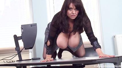 Похабная дамочка показывает огромные дойки в офисе после доклада