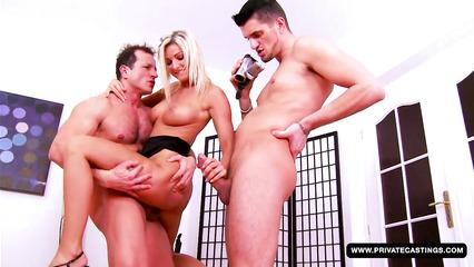 Шальная блондиночка ублажает два здоровенных члена кавалеров