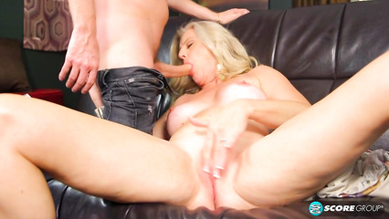 Великолепная дамочка горячо сношается с похотливым пареньком на диване