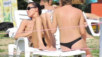 Откровенные девушки светят упругими сиськами и жопами на пляже