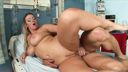 Наглый доктор пихает длинный член в сочную вагину сисястой медсестры
