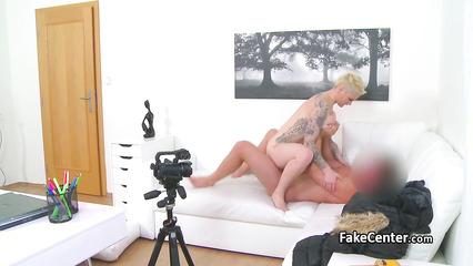 Короткостриженая блондинка с пышным телом перепихнулась с мужиком на кастинге