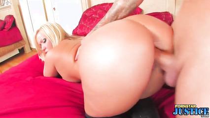 Выносливый крендель жарко пердолит сексуальную бабенку в вагину