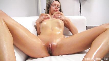 Веселая девушка с упругими сиськами натирает все интимные зоны маслом