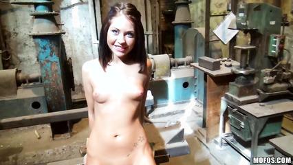 Сексуальная бестия повелась на пикапера и потрахалась в гараже