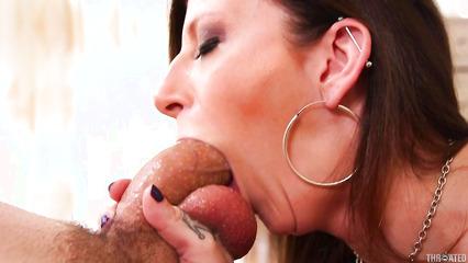 Бабенка с огромными дойками легко заглатывает пенис по яйца